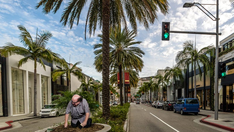 Illustration for article titled Hot Hot Hollywood: Danny DeVito Has Been Spotted Sweeping The Grass Median In The Middle Of Rodeo Drive With A Small Umpire Brush In Search Of Fossils