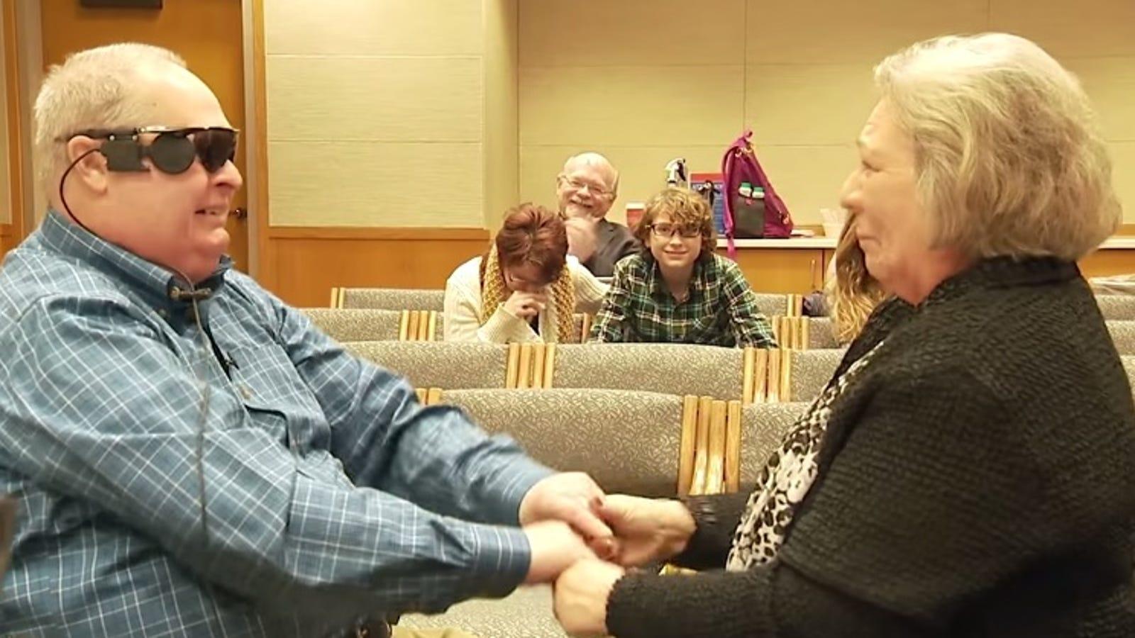 Un hombre ciego vuelve a ver a su familia gracias a un ojo biónico