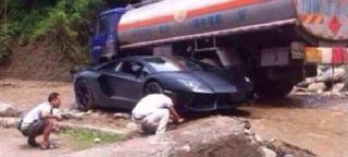 Illustration for article titled Chinese Lamborghini Aventador Gets Stranded On Some Rocks