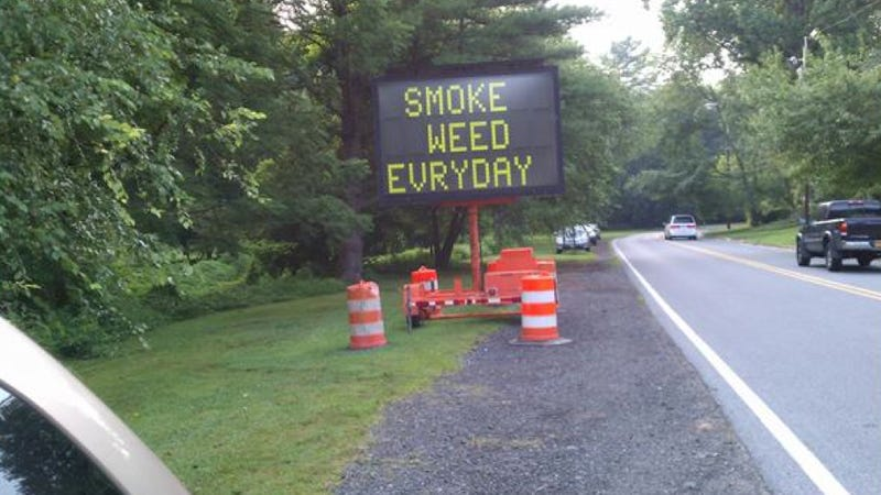 Illustration for article titled Hacked Highway Sign Espouses The Virtue Of Smoking Weed 'Evryday'