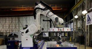 Illustration for article titled Este robot de la NASA ayudará a construir naves más ligeras y fuertes