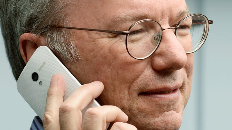Illustration for article titled Here's Google's Eric Schmidt Using the Moto X Smartphone In the Wild