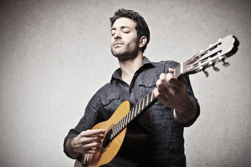 Illustration for article titled Estudios sugieren que los hombres con guitarra son más sexys