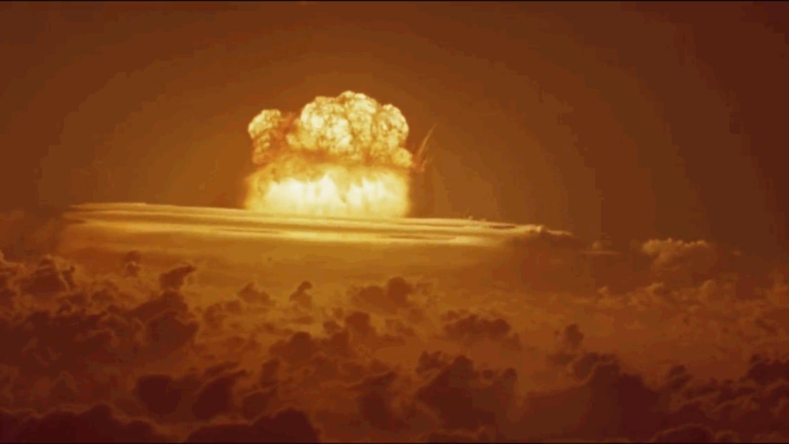 Este vídeo a todo color muestra la mayor explosión nuclear de Estados Unidos grabada a tan solo 80 kilómetros