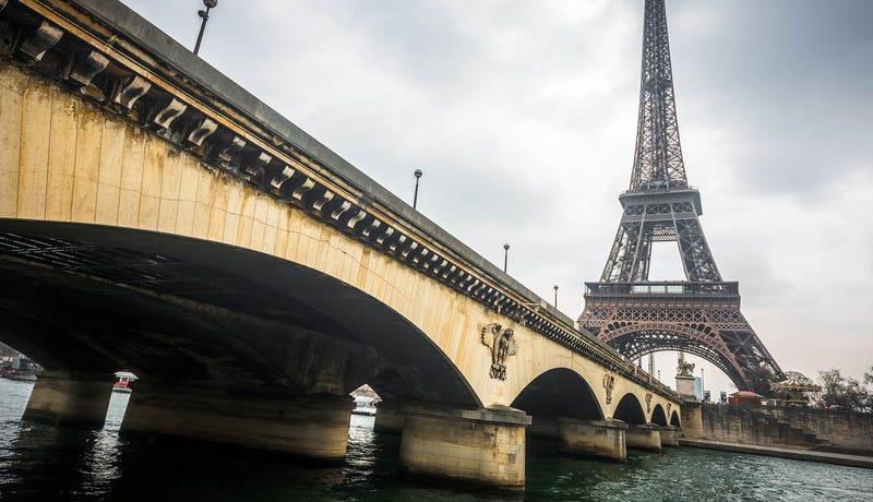 Illustration for article titled Arrestan a tres periodistas de Al-Jazeera por volar drones sobre París