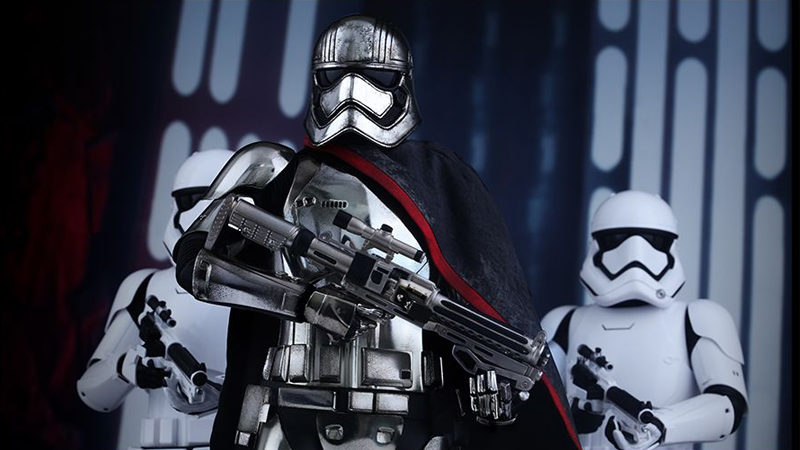 Illustration for article titled Hot Toys' Amazing Captain Phasma Figure is Shiny and Chrome
