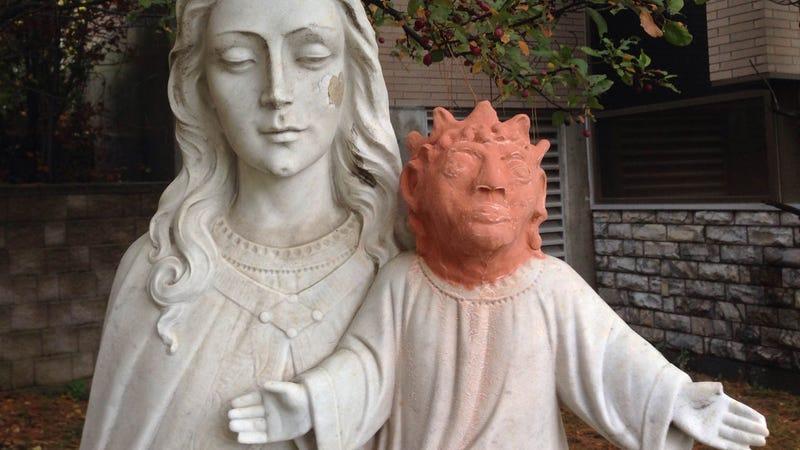 Illustration for article titled Roban una cabeza del niño Jesús y una artista se presta a realizar una réplica. Este es el resultado