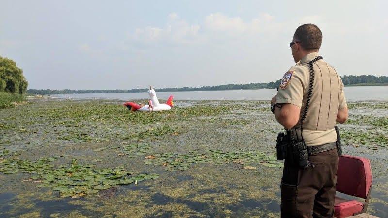Illustration for article titled La policía rescata a cuatro mujeres que encallaron en un lago sobre un flotador de unicornio gigante