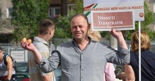 Illustration for article titled Szanyi Kapitány a csepeli piacon tojással futamította meg a fideszeseket
