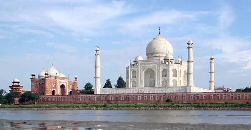 El Taj Mahal, con el río Yamuna al frente. Foto: Wikipedia commons