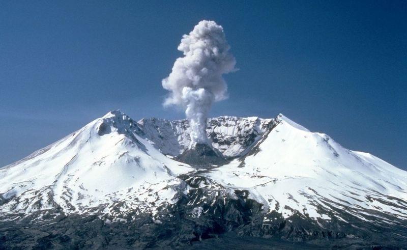 Una nube de humo se eleva del Monte Santa Helena en 1982, dos años después de su erupción. Foto: Wikimedia Commons.