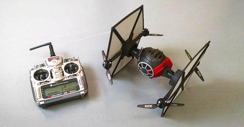 Illustration for article titled Cómo convertir un caza TIE Fighter de juguete en el mejor dron de star Wars