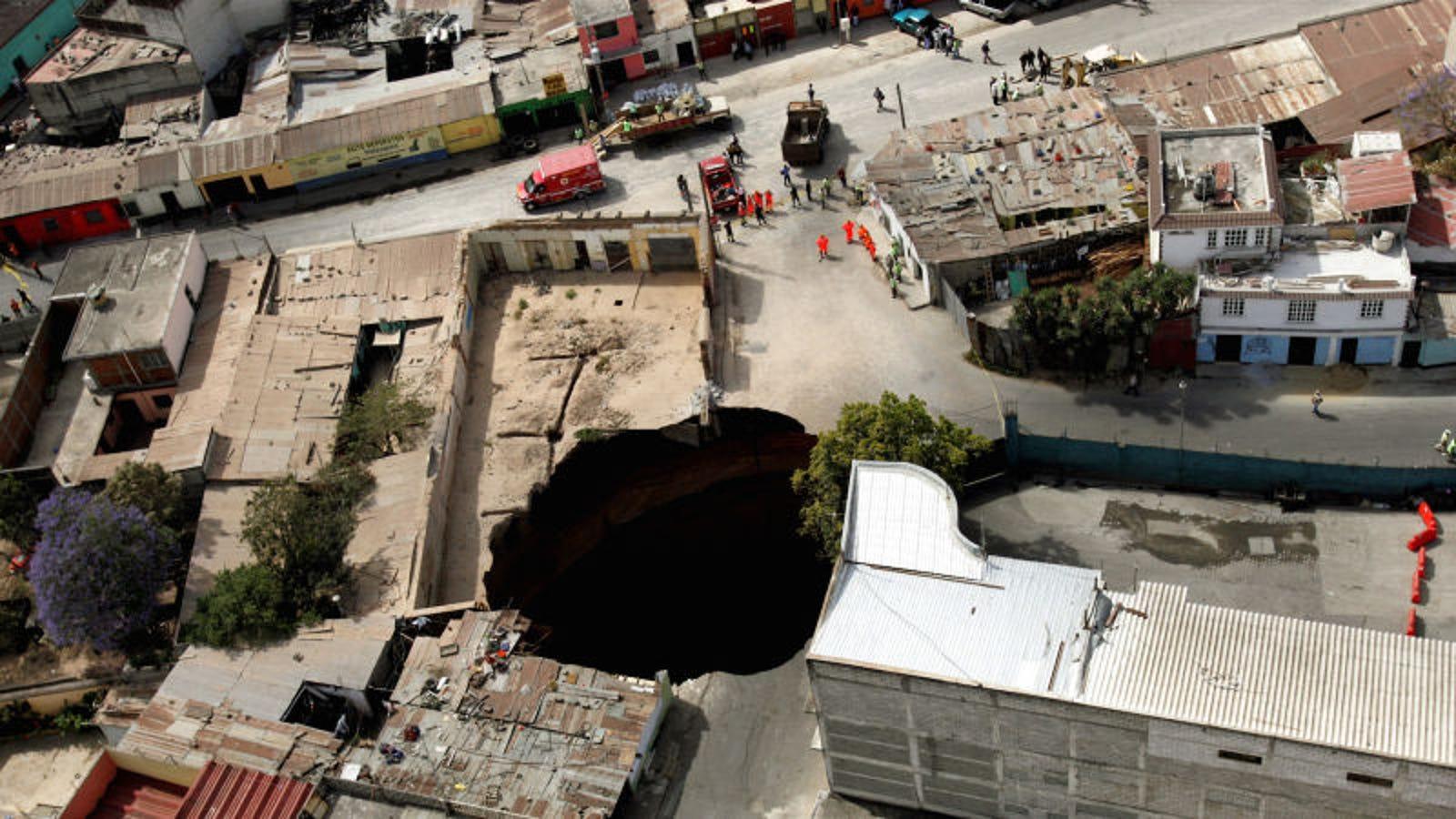 Cómo se forman los extraños agujeros gigantes en el suelo que parecen abrirse de la nada