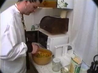 Illustration for article titled Van durvább szakácsműsor a cecíliásnál? Kozsó kipörgeti a mikrós főzést