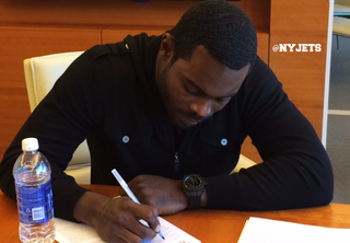 Illustration for article titled Jets Release Mark Sanchez, Sign Michael Vick