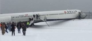 Illustration for article titled Delta Flight Slides Off Laguardia Runway In Blizzard, Closes The Airport