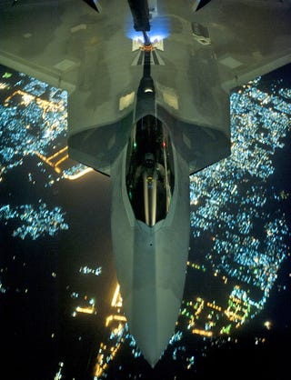 Illustration for article titled Cool photos of the F-22 refueling at night on its way to Syria