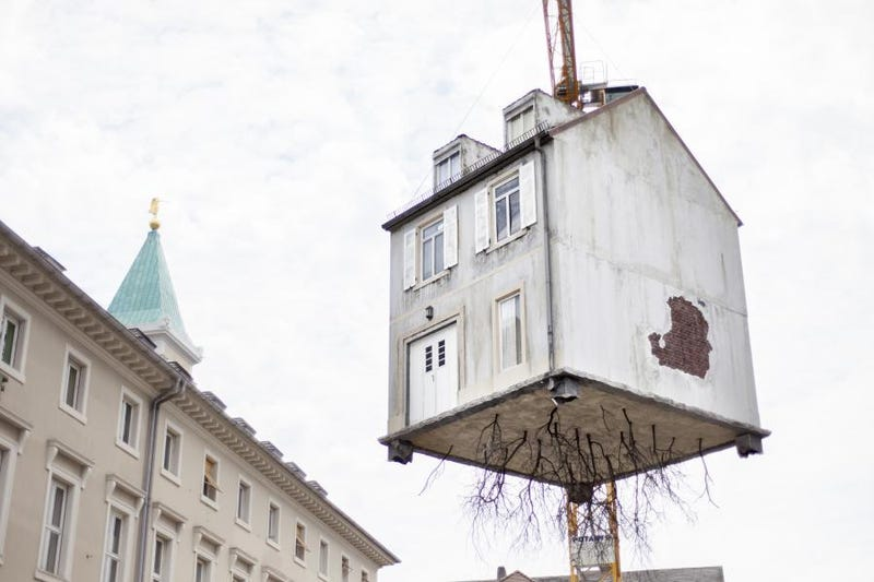 Illustration for article titled This House Dangling From a Construction Crane Is Art, Not an Accident