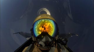 Illustration for article titled The whole world seems reflected on this F-16 pilot diving back to Earth