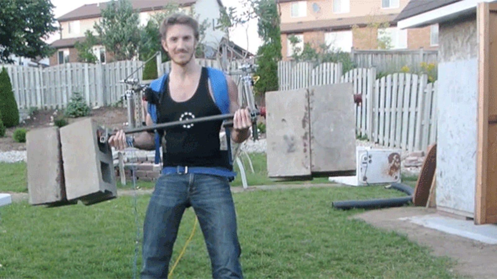 Construye un exoesqueleto casero que levanta 77 kilos sin esfuerzo