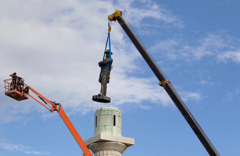 A statue of Confederate Gen. Robert E. Lee is removed from Lee Circle in New Orleans on May 19, 2017. (Scott Threlkeld/AP Images)