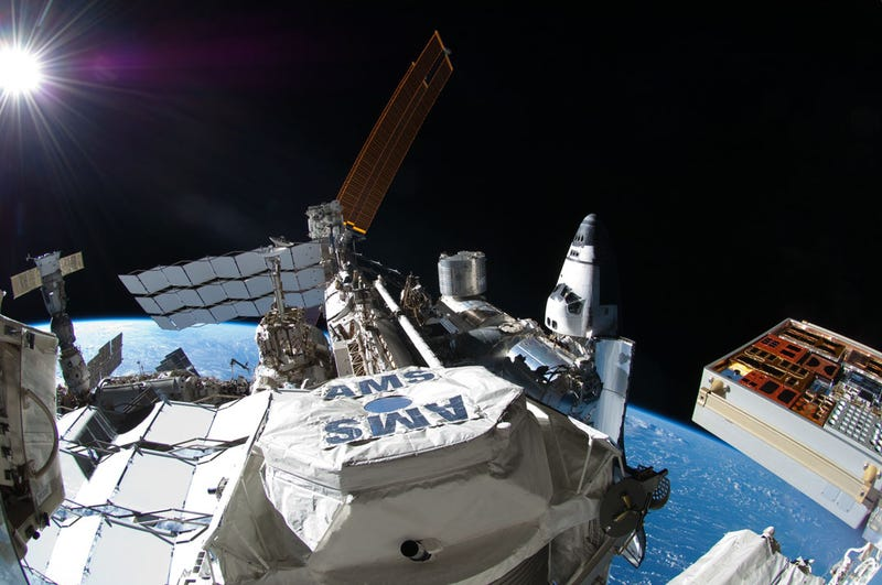Illustration for article titled Unbelievable view of the International Space Station