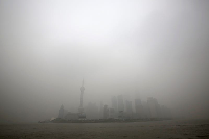 "Illustration for article titled China obliga a sus pilotos a ""aterrizar a ciegas"" por la contaminación"