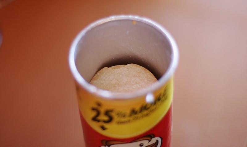 Illustration for article titled Cómo sacar fácil y rápido todas las patatas de un envase de Pringles y no morir en el intento