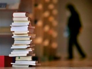 Illustration for article titled Is Someone's Bookshelf A Dating Dealbreaker?