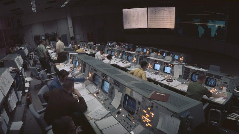 El Centro de Control Apollo 11 durante los años 60. La NASA ha restaurado la sala de control para conmemorar el quincuagésimo aniversario del aterrizaje de Apollo 11 en la Luna.