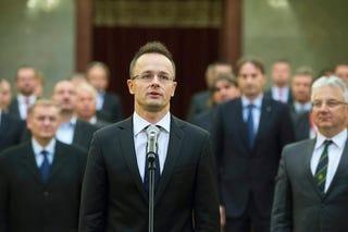 Illustration for article titled Ezen a fotón egy magyar külügyminiszter tekinthető meg