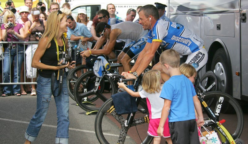 Illustration for article titled Book Claims Sheryl Crow Watched Lance Armstrong Dope, Told Feds