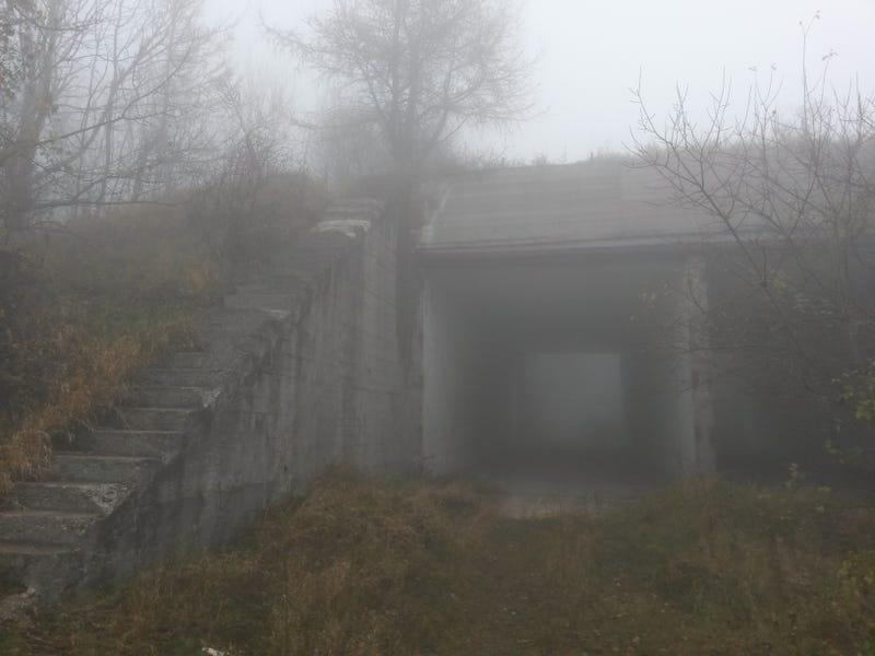Illustration for article titled Kísérteties katonai bázisra bukkantunk a Pilisben