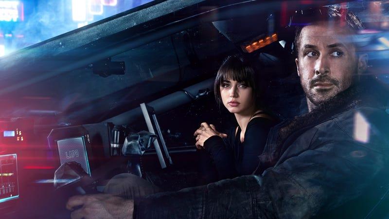 Ana de armas y Ryan Gosling en Blade Runner 2049. Imagen: Warner Bros.