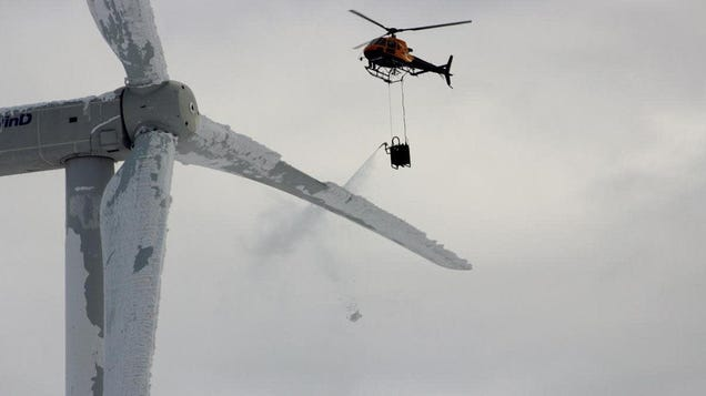 Viral Image Claiming to Show a Helicopter De-Icing Texas Wind Turbines Is From Winter 2014 in Sweden