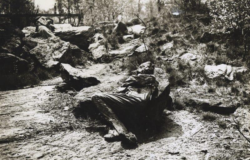 Illustration for article titled Por qué había mujeres fingiendo ser rocas y árboles en los parques de Nueva York durante la WW1