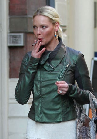 Illustration for article titled Katherine Heigl & Her Electronic Cigarette Go Shopping
