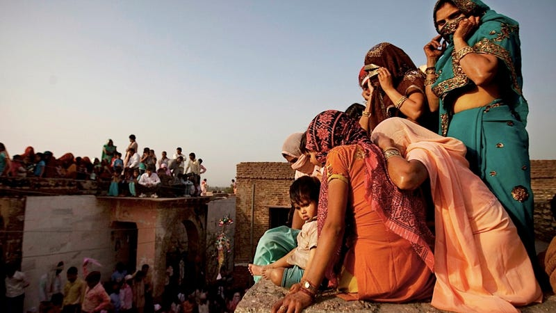 Illustration for article titled Enjoy a Rooftop View of India's Holi Festival