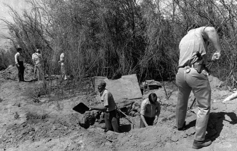Illustration for article titled Cómo sobrevivieron 26 niños enterrados vivos al secuestro en grupo más grande de la historia de EE.UU.