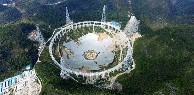 Illustration for article titled Este cráter de 500m forrado de metal será el nuevo radiotelescopio más grande del mundo