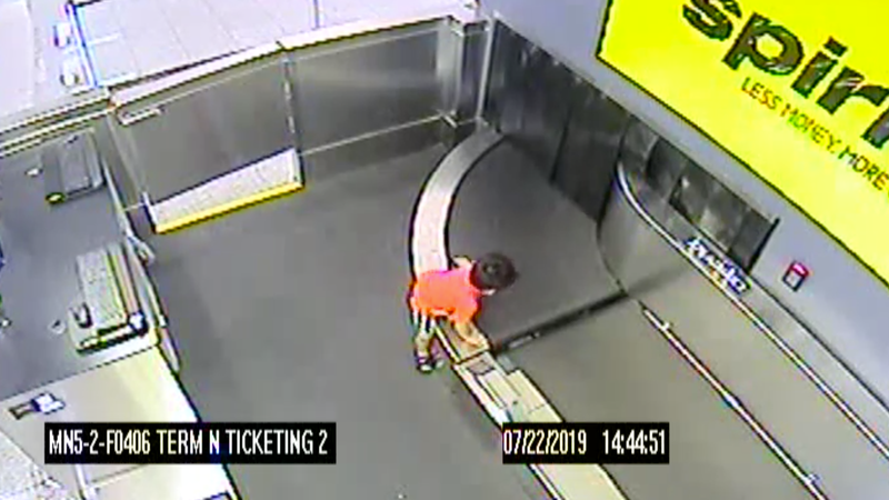 Illustration for article titled Harrowing Video Shows 2-Year-Old's Wild Ride on a Baggage Conveyor Belt at Atlanta Airport