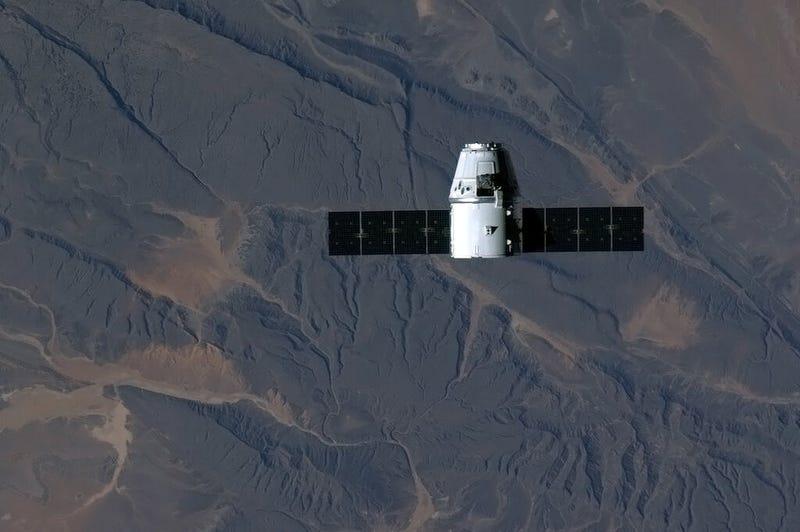 Illustration for article titled Espectaculares imágenes de la cápsula Dragon acoplándose a la ISS