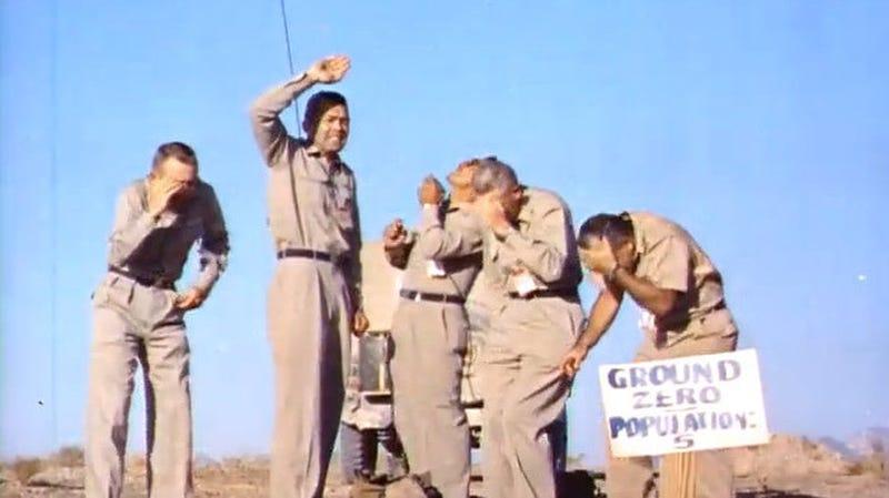 Illustration for article titled El día que cinco voluntarios se colocaron bajo la explosión de una bomba nuclear para ver lo que pasaba