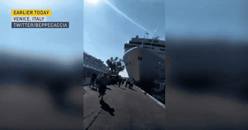 El momento en que un gigantesco crucero se estrella contra un muelle de Venecia
