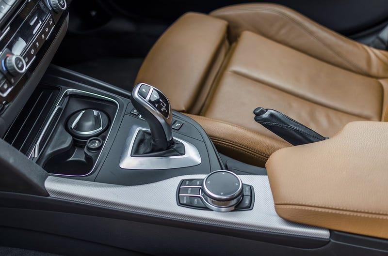 Illustration for article titled Cinco cosas que jamás debes hacer al conducir un vehículo automático