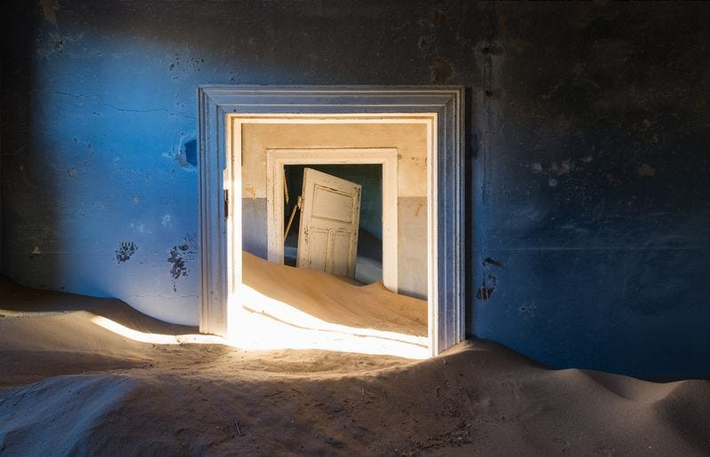 Illustration for article titled Nothing but the desert lives in these surreal abandoned homes