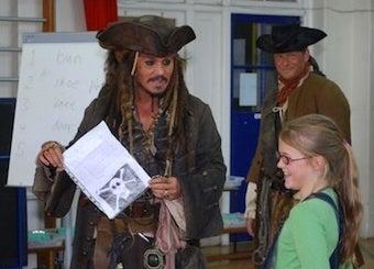 Illustration for article titled Video:  Johnny Depp Surprises Kids, Shows Up At School Dressed As Captain Jack