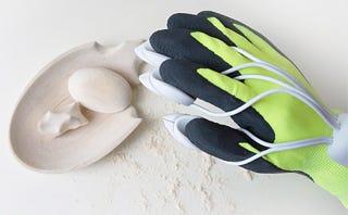 Illustration for article titled Con este guante eléctrico podrás esculpir madera solo con los dedos