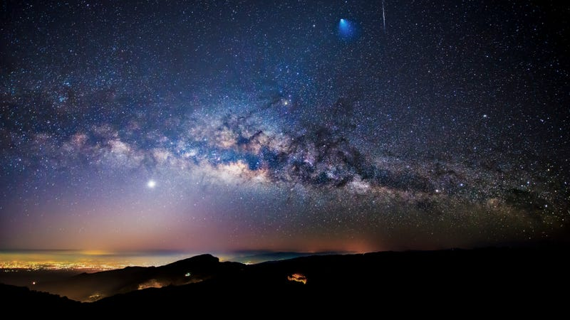 Illustration for article titled A Rocket, a Meteor and the Milky Way, All in One Overwhelming Image