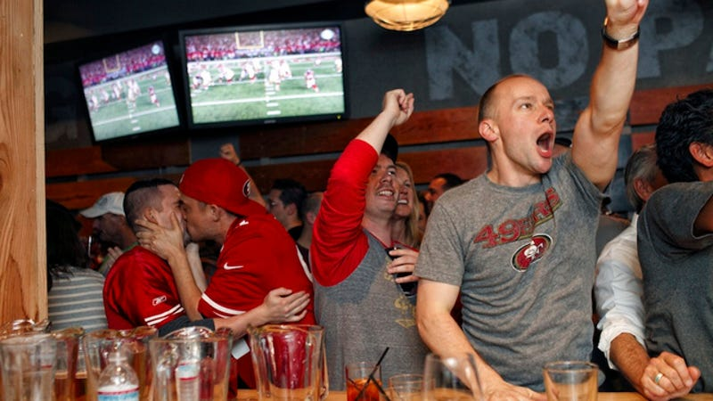 Illustration for article titled This Photo Of Two Male 49ers Fans Making Out Is Awesome